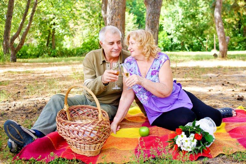 Familie van vier in het de herfstbos Mooie gelukkige oude mensen stock fotografie