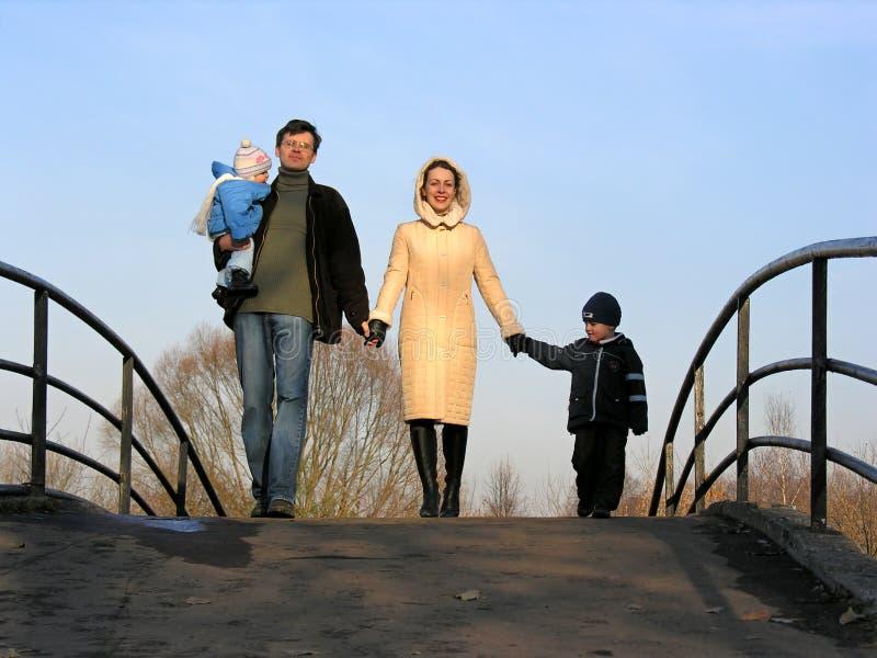 Familie van vier op brug royalty-vrije stock foto's