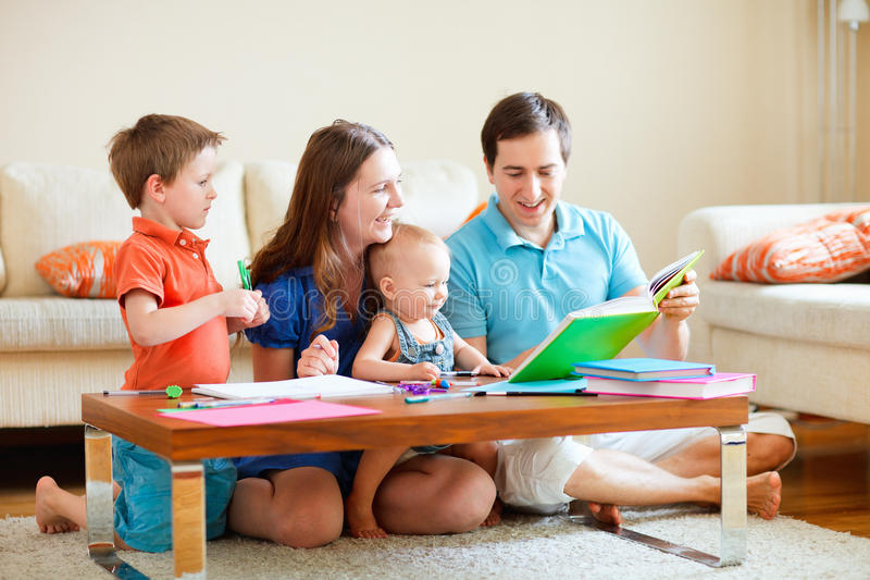 Familie van vier thuis stock fotografie