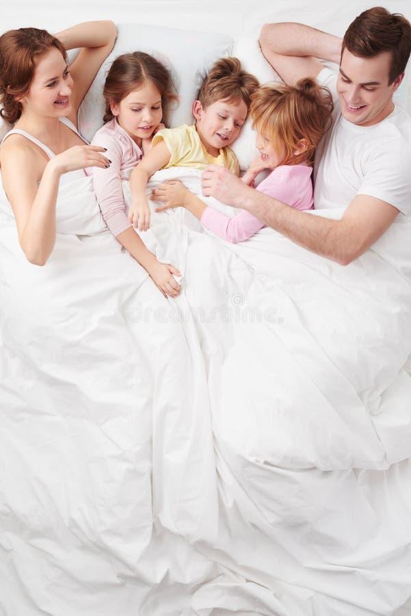 Familie van vijf onder deken in de ochtend stock afbeeldingen