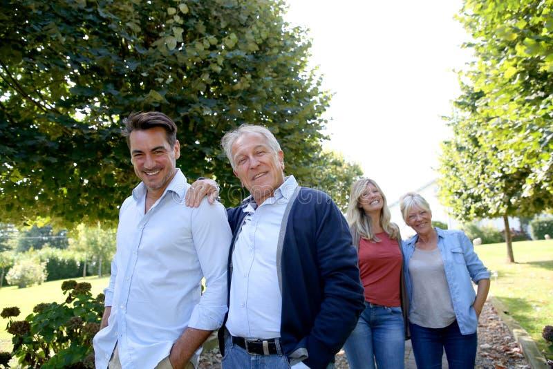 Familie van volwassenen die een gang in het park nemen royalty-vrije stock foto
