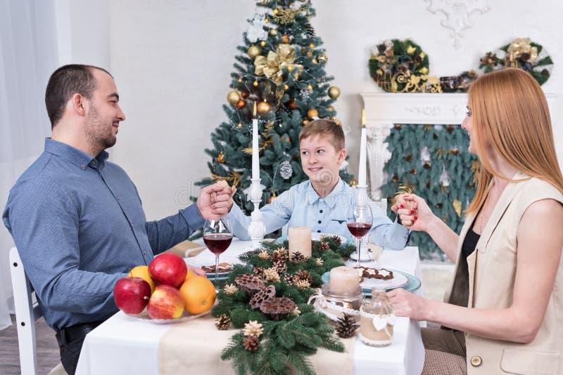 Familie verbindende Hände stockfoto