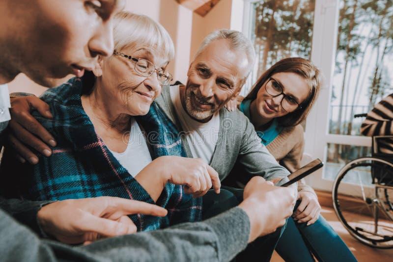 Familie Vergadering Samen verzorging Oudere mensen stock afbeeldingen