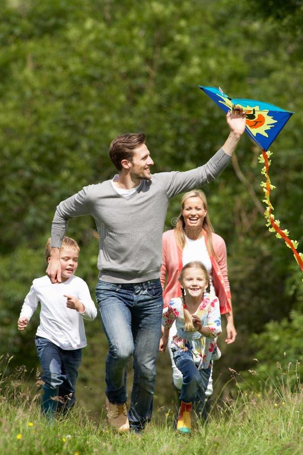 Familie Vliegende Vlieger in Platteland stock afbeeldingen