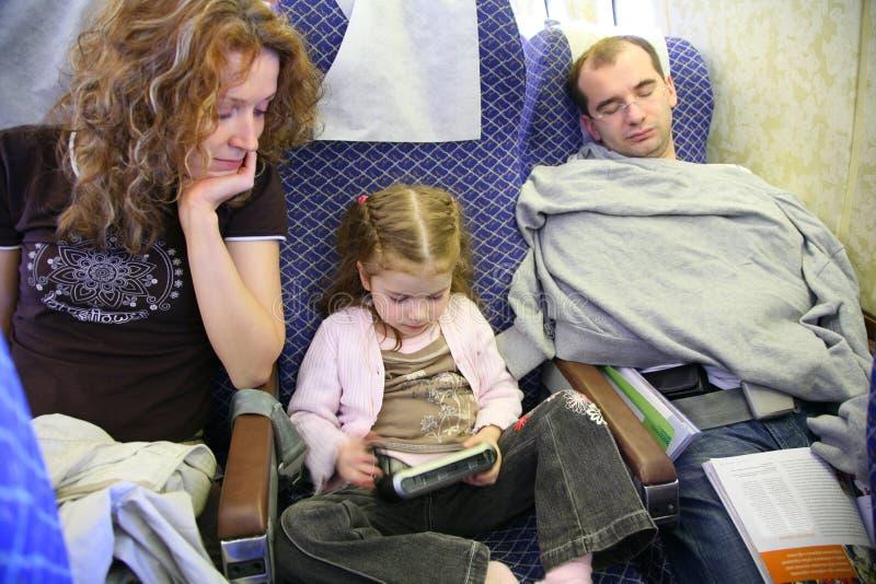 Familie in vliegtuig royalty-vrije stock afbeeldingen