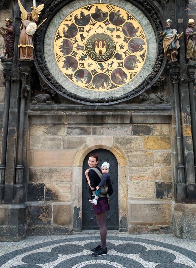 Familie von Touristen auf dem Hintergrund der Turm-astronomischen Uhr, Prag lizenzfreie stockfotos