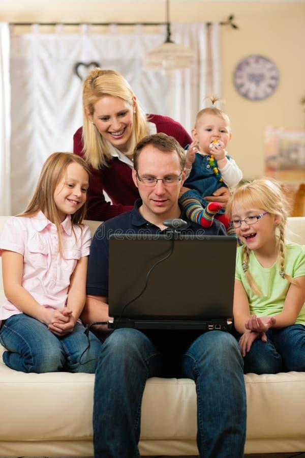 Familie Voor Computer Die Video Heeft Conferenc Stock Afbeeldingen