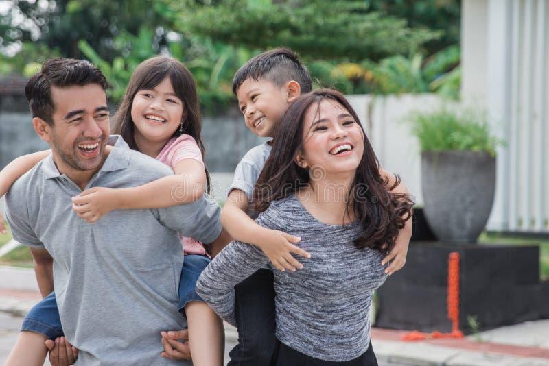 Familie voor hun nieuw huis stock foto