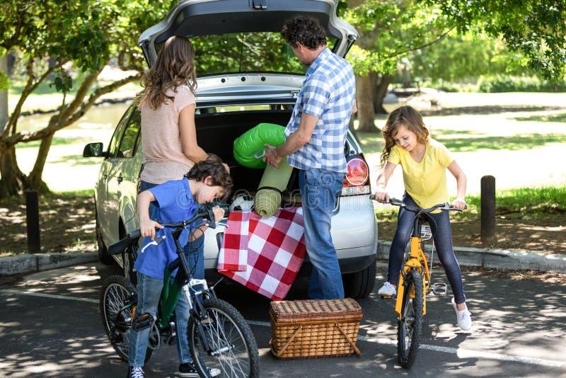 Familie vor einem Auto lizenzfreies stockbild