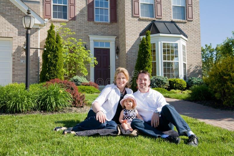 Familie vor Haus lizenzfreie stockbilder