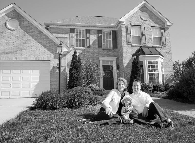 Familie vor ihrem Haus stockfoto