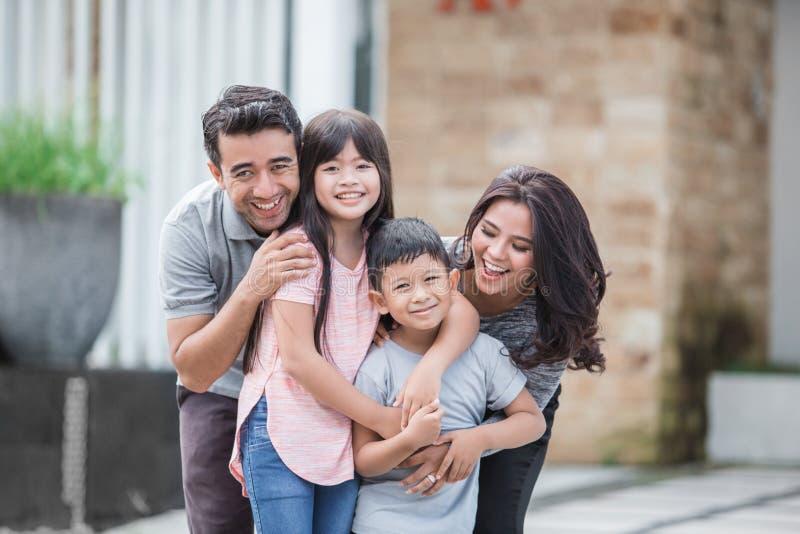 Familie vor ihrem neuen Haus stockfotos
