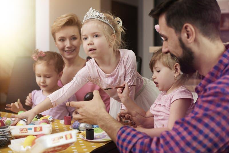 Familie vor Ostern lizenzfreie stockbilder