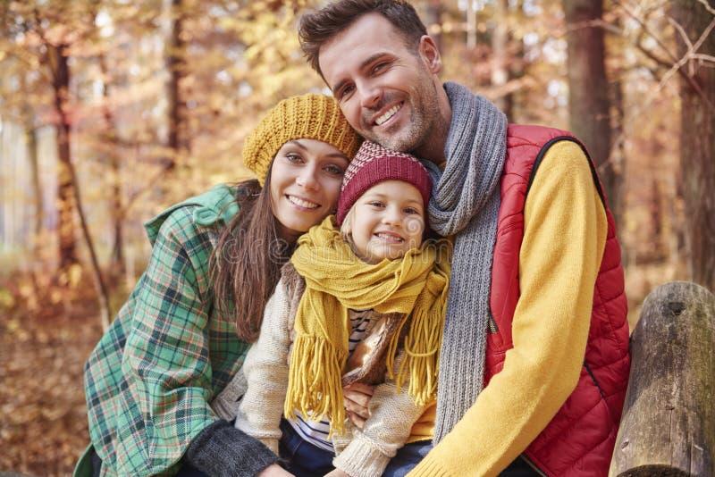 Familie während des Herbstes stockfotografie