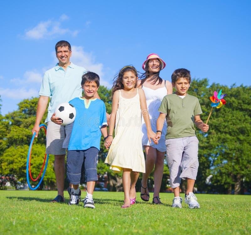 Familie Walkin im Park lizenzfreie stockfotos