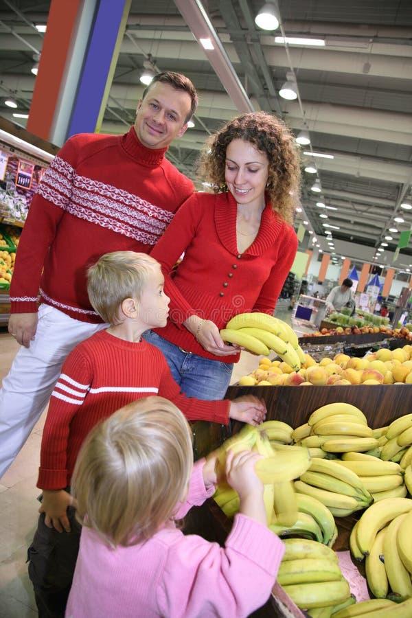 Familie in winkel stock fotografie