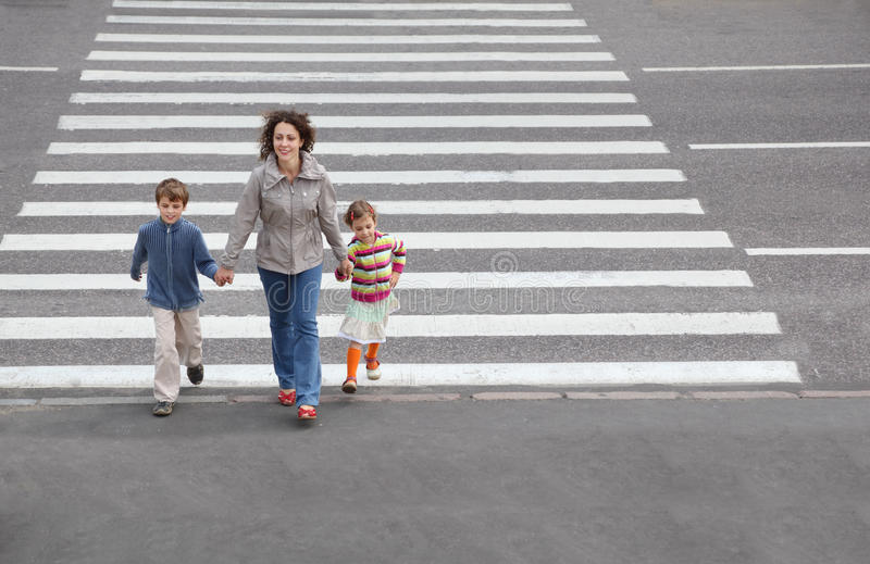 Familie wird Straße kreuzen stockfoto