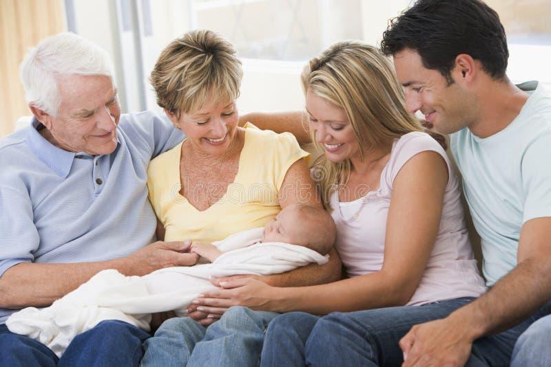 Familie in woonkamer met baby