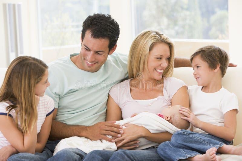 Familie in woonkamer met baby stock foto's