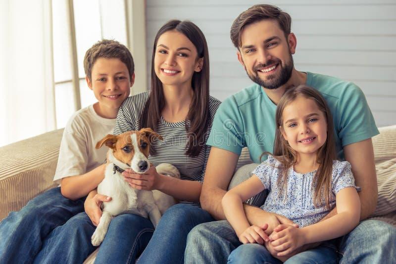 Familie zu Hause lizenzfreie stockbilder