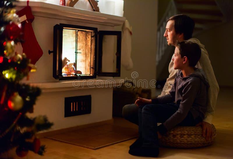 Familie zu Hause auf Weihnachtsabend stockfotos