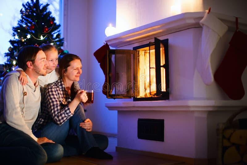 Familie zu Hause auf Weihnachtsabend stockfoto