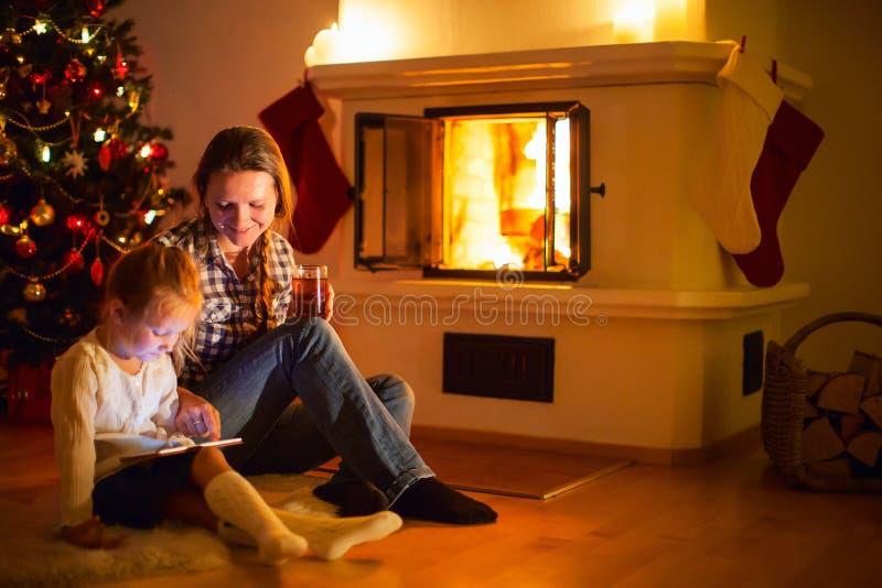 Familie zu Hause auf Winter stockfoto
