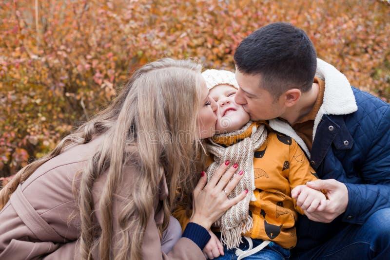 Familie zum Jungenweg auf Späthölzern lizenzfreies stockfoto
