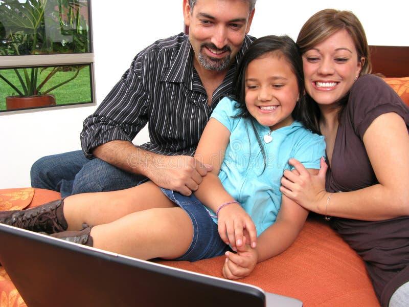 Familie, zum sich im Raum zu treffen lizenzfreies stockbild