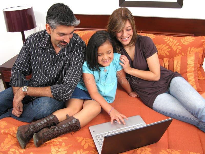 Familie, zum sich im Raum zu treffen lizenzfreie stockfotos