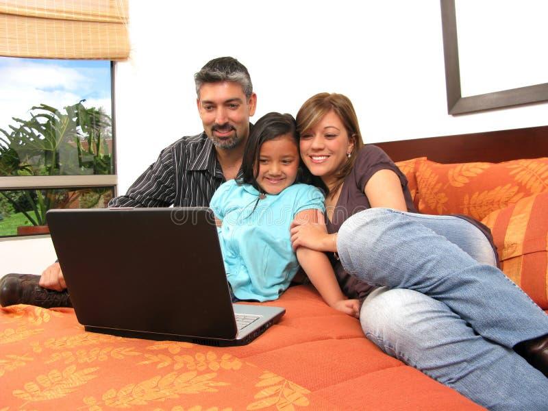 Familie, zum sich im Raum zu treffen stockfotos