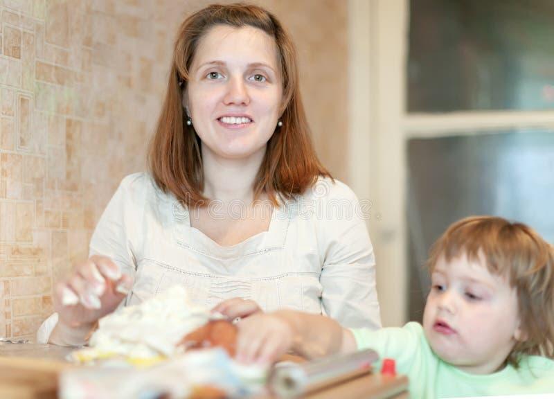 Familie zusammen in der Küche stockfotografie