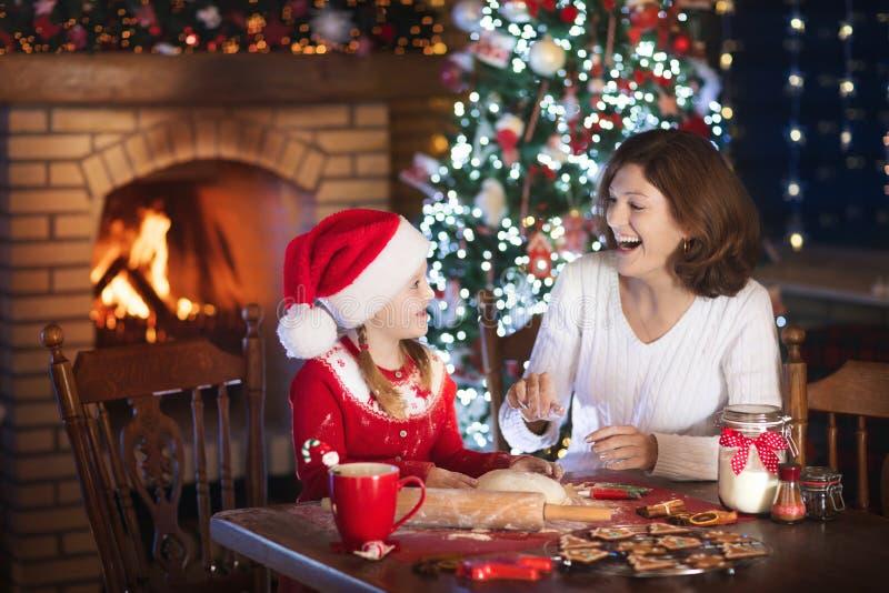 Familiebaksel bij Kerstmis De moeder en het kind bakken royalty-vrije stock afbeelding