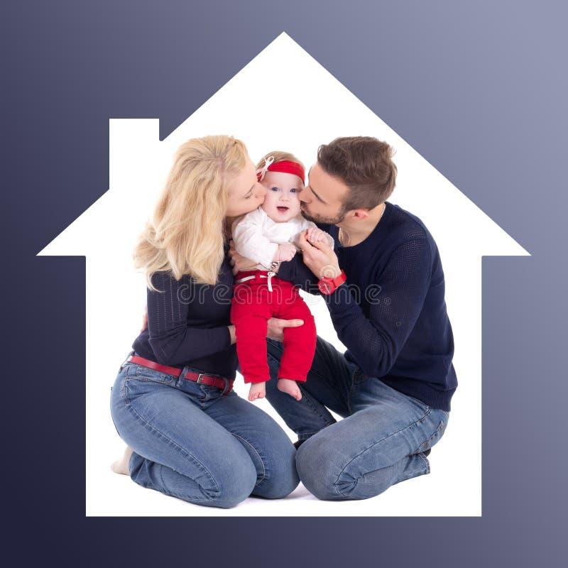 Familieconcept - vader en moeder die weinig dochter in ho kussen stock foto