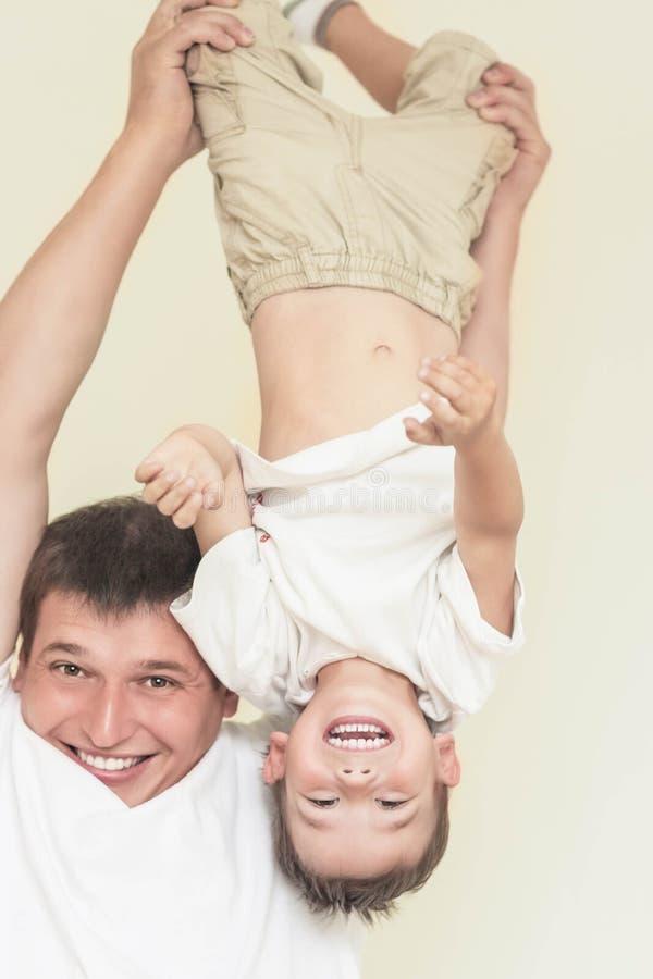 Familieconcept: Vader en Zijn Kleine Zoon die Grote Tijd Toge hebben royalty-vrije stock afbeeldingen