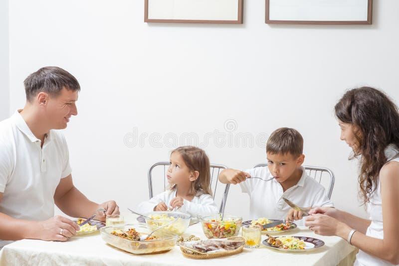 Familieconcepten en Ideeën van het Gecombineerde Eten Gelukkige Ouders met royalty-vrije stock foto's