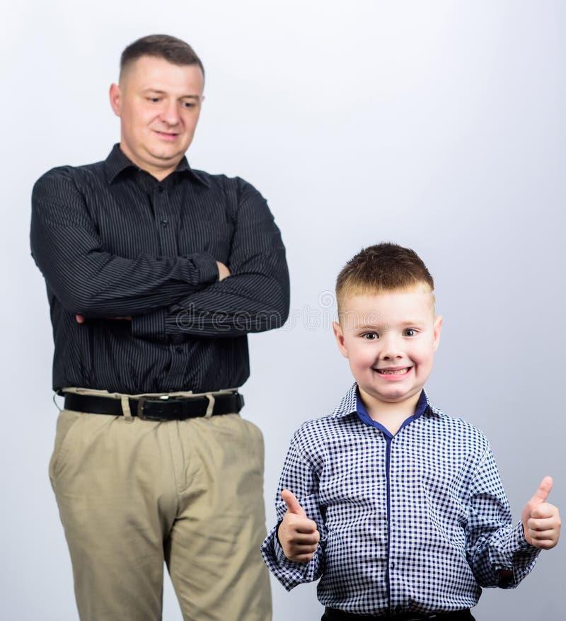 Familiedag Gelukkig kind met vader Partner vader en zoon in pak Manier vertrouwenswaarden vaders stock fotografie