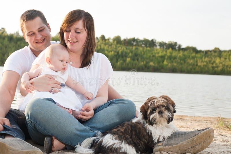 Familiedagtocht op het strand stock foto's
