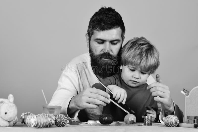 Familiegeluk en Pasen-vieringsconcept Vader en zoon die voor Pasen-viering voorbereidingen treffen royalty-vrije stock fotografie