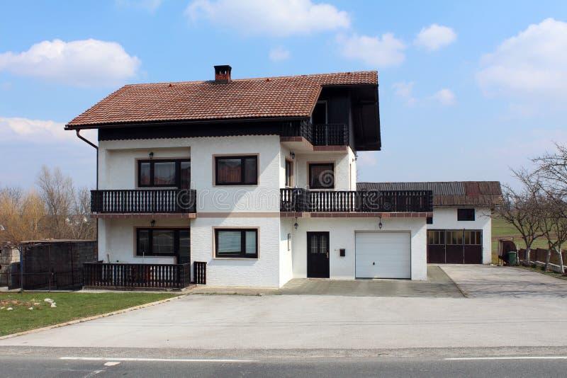 Familiehuis in de voorsteden met het oude balkon van de stijl houten omheining royalty-vrije stock foto's