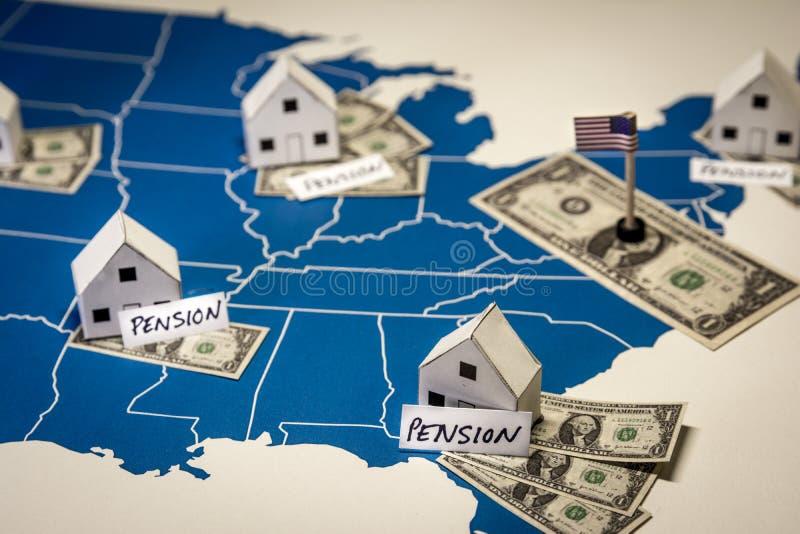 Familiehuizen met dollarrekeningen en Pensioenwoord over een kaart van de V.S. stock afbeelding