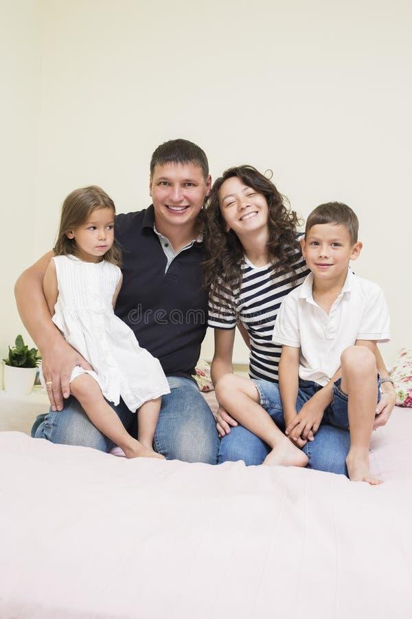 Familieideeën Gelukkige Kaukasische Familie van Twee Ouder en Twee Jonge geitjes stock afbeeldingen