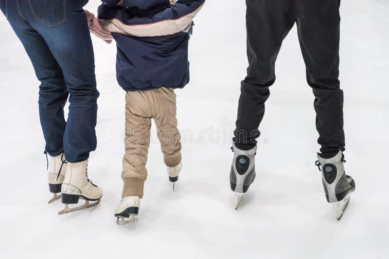 Familieijs die bij piste schaatsen De activiteiten van de winter stock foto's