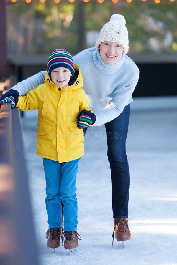 Familieijs het schaatsen stock foto's