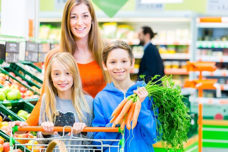 Familiekruidenierswinkel die in hypermarket winkelen royalty-vrije stock fotografie