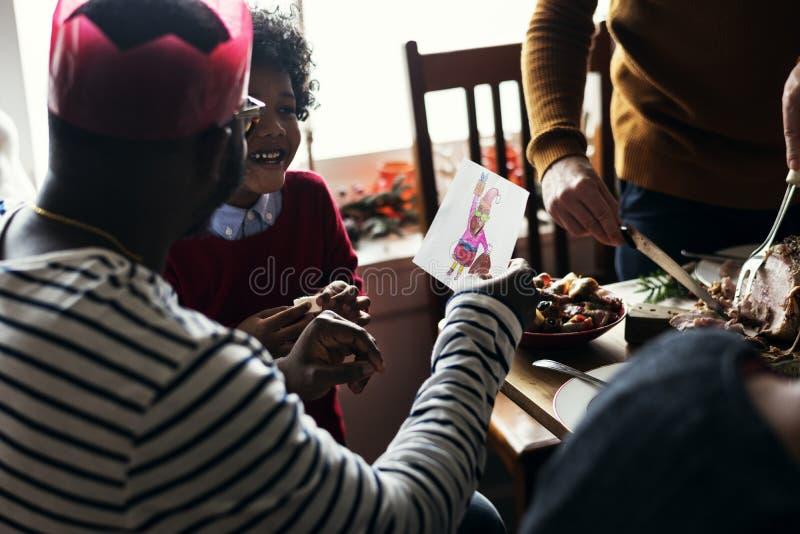 Familielid die Kerstmis van vakantie genieten stock foto's