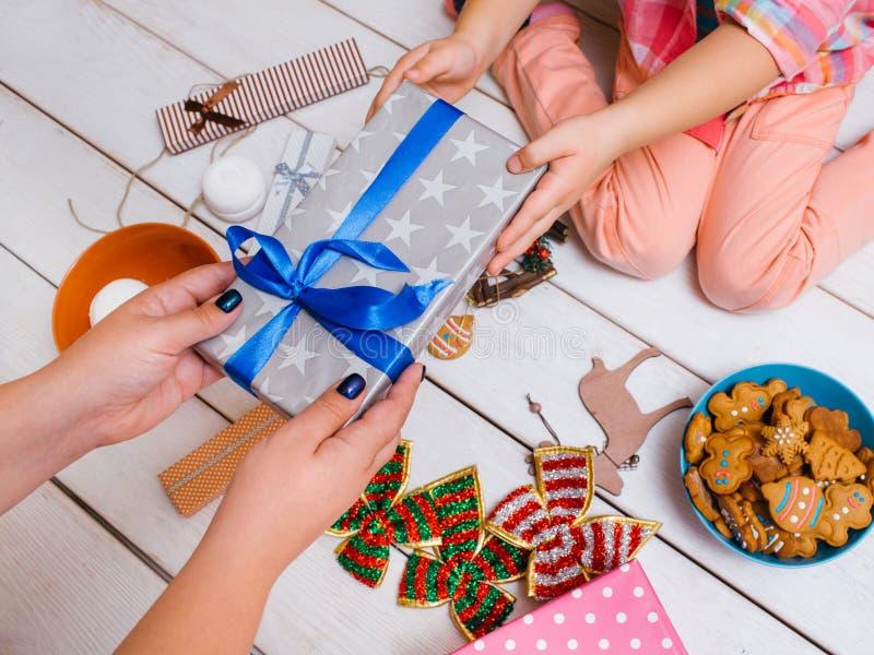 Familieliefde op Nieuwjaar` s dag Het mirakel van Kerstmis royalty-vrije stock fotografie