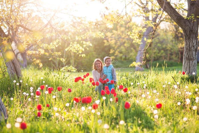 Familiemamma met dochtervrouw met kind in de lentetribune en HU stock fotografie
