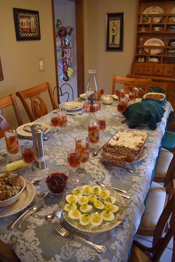 Familien-Abendtisch eingestellt für Feiertage stockfotos