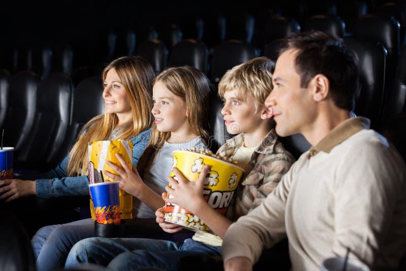 Familien-aufpassender Film im Theater stockfoto